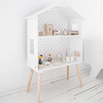 Praktisch houten poppenhuis dat ook als wandrekje te gebruiken is.